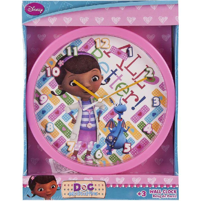 Glæd en lille pige med Doc McStuffins uret på en væg i  hendes værelse. Uret måler 24,5 cm i diameter. Batterier  er ikke inkluderet.