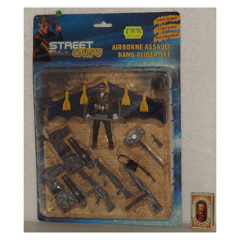 Street guys figur med tilbeh�r. Figuren m�ler ca. 11 cm