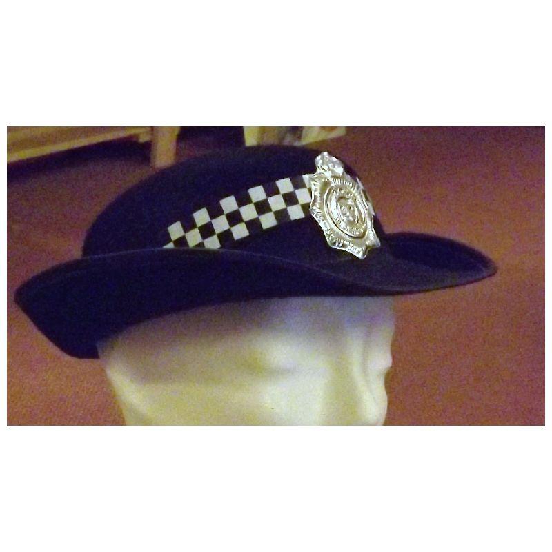 Hat som kvindelige betjente i bl.a. England bruger. Man kan ogs� nemt bruge den hvis man skal lege politi.