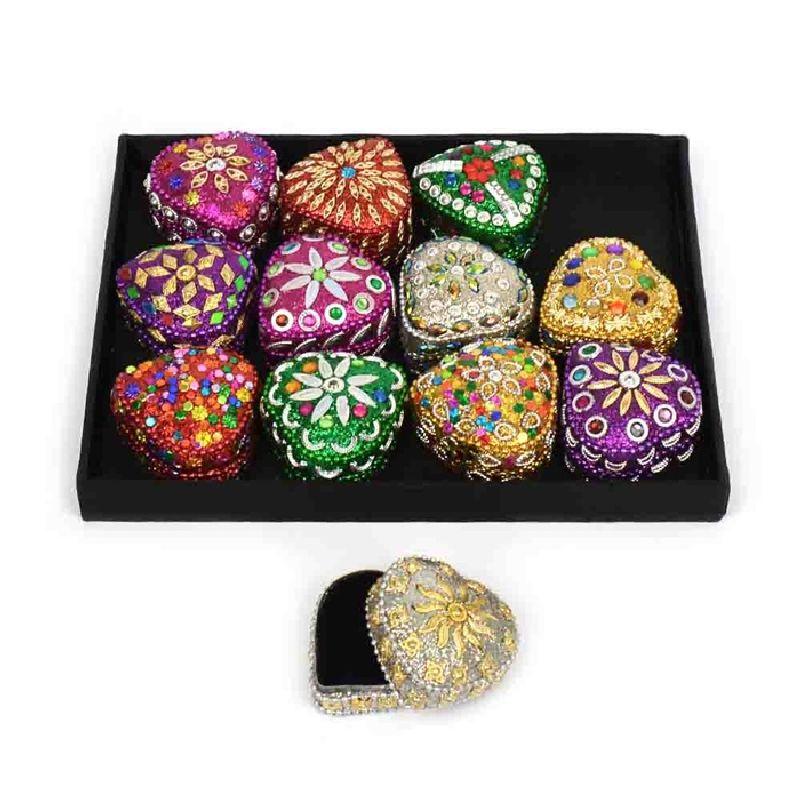 Hjerteskrin med perler og glimmer. Kan bruges som  tandskrin. Gem sm� ting i skrinet. Mange forskellige  farver og m�nstre. Ved bestilling skriv gerne farve i  kommentarfeltet.