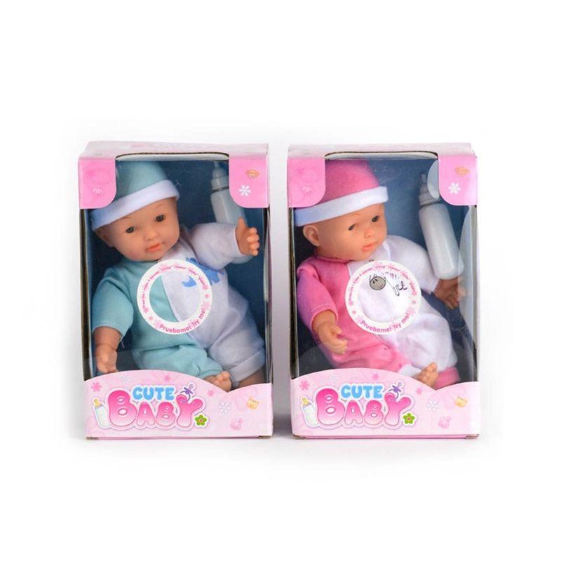 Cute baby er både i drenge og pige farver. Det er sød lille  dukke. Nå man trykker den på mave siger den forskellig ord.  Der er en sutteflaske med til dukken.