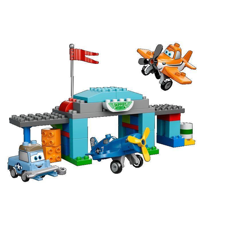 L�r Dusty at flyve i Skippers flyveskole! Hj�lp Sparky og Skipper i hangaren med at g�re Dusty klar til det store v�ddel�b med dette LEGO� DUPLO� Disney Planes� s�t, som er nemt at bygge. Brug DUPLO klodserne med dekortioner p� til at arbejde p� Dustys motor. Indeholder figurerne Skipper, Dusty og Sparky.