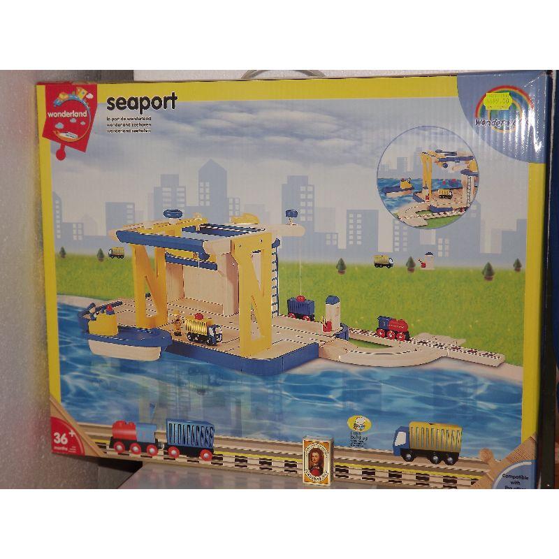 Leg med en havnemiløj sammel med din tog baner. Læs vare fra skib til tog og tilbage igen. Passer til de fleste træ togbaner.